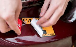 Как удалить клей с пластика от наклейки и не повредить покрытие?